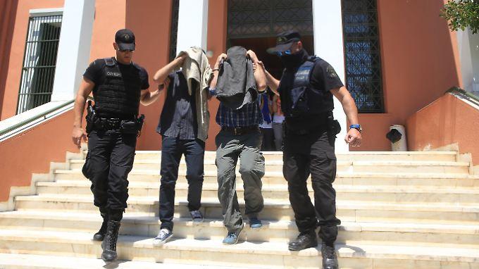 Zwei der insgesamt acht Militärs, die maßgeblich am Putschversuch in der Türkei beteiligt gewesen sein sollen. Die Männer bestreiten das.