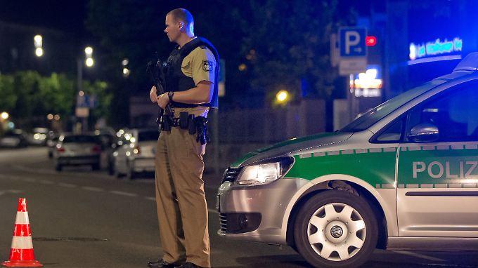 Ein schwerbewaffneter Polizist bewacht nach der Explosion die Zufahrt zur Altstadt.