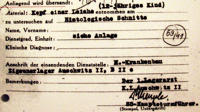 Eines der Dokumente aus dem KZ Auschwitz-Birkenau, die Mengeles Unterschrift tragen.