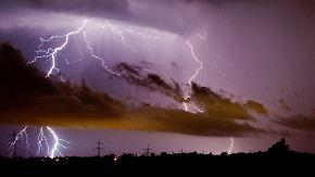 Nachmittags hohe Unwettergefahr: Gewitter setzen sich im Osten fest