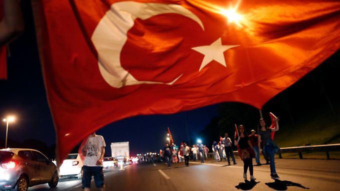 Nach dem Putsch fordern angeblich Tausende AKP-Anhänger die Wiedereinführung der Todesstrafe.