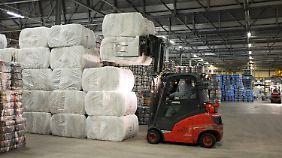 In Bitterfeld-Wolfen werden die Bündel für den Export bereit gemacht.