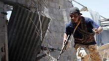 Die Regierungstruppen, die Sirte zurückerobern wollen, kommen nicht weiter - nun greifen die USA ein.