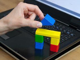 Eine einfache Homepage kann man sich mit Hilfsmitteln der Provider nach dem Baustein-Prinzip basteln. Bei anspruchsvollen Websites wird es komplizierter. (Bild: Remmers/dpa/tmn)