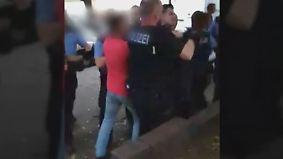 Einsatz in Berlin-Wedding eskaliert: 70 Mitglieder einer Großfamilie gehen auf 10 Polizisten los