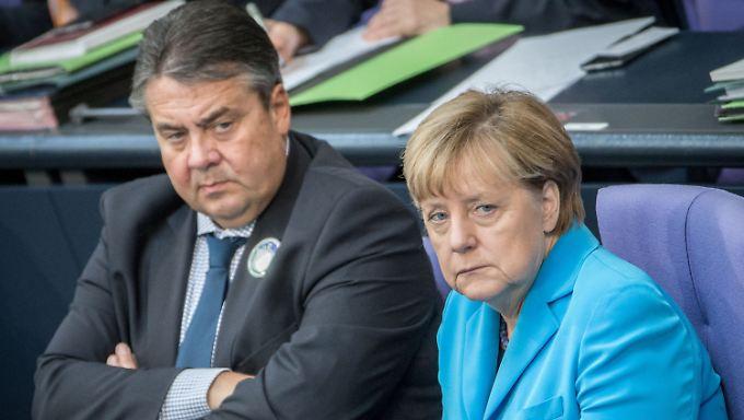 Versteinerte Mienen bei Sigmar Gabriel und Angela Merkel.
