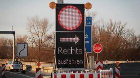 Programmiertes Verkehrschaos: Sperranlage bremst Lkw vor Rheinbrücke aus