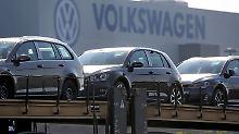 Fabrikneue Golf und Passat auf Transportzügen vor dem Werk Mosel in Zwickau (Sachsen).