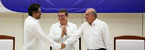 Farc-Unterhändler Ivan Marquez reicht dem Unterhändler der kolumbianischen Regierung, Hunberto de la Calle, die Hand.