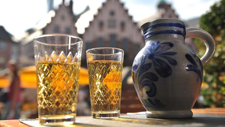 "Das Traditionsgetränk der Frankfurter: ""Ebbelwei"" aus dem ""Gerippten""."