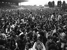 40.000 Fans warten 1981 im Olympiastadion von Colombes auf einen Auftritt von Bob Dylan.