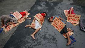 Es gibt auch diese Bilder: Menschen protestieren vor dem Hauptquartier der Philippine National Police gegen das blutige Vorgehen gegen Kriminelle.