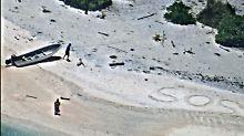"""Flugzeug sichtet Hilferuf: """"SOS"""" im Sand rettet Seeleute"""