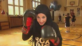 Freie Entscheidung oder Druck?: Berliner Boxmeisterin Zeina boxt selbstbewusst mit Kopftuch