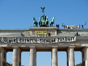 Identitäre auf dem Brandenburger Tor in Berlin.