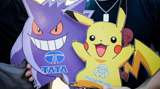 Mitarbeiter von ThyssenKrupp Steel tragen in Duisburg Pokemons mit den Logos von Tata und ThyssenKrupp.