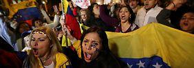 Protest gegen Venezuelas Staatschef: Wütender Mob jagt Maduro in die Flucht