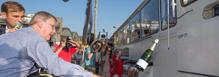 """Versprechen eingelöst: Günther Jauch tauft Partyboot """"MS Günther"""""""
