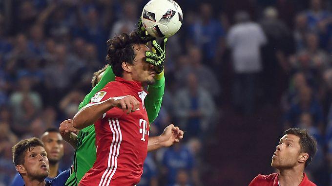 Bayerns Mats Hummels, hier liebevoll von seinem Torwart Manuel Neuer berührt, kam auf Schalke mit einem blauen Auge davon.