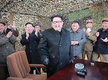 Das von Nordkorea veröffentlichte Foto zeigt Diktator Kim beim Start einer Testrakete im September.