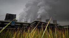 Blick auf die qualmenden Kühltürme des Braunkohlekraftwerks von Vattenfall.