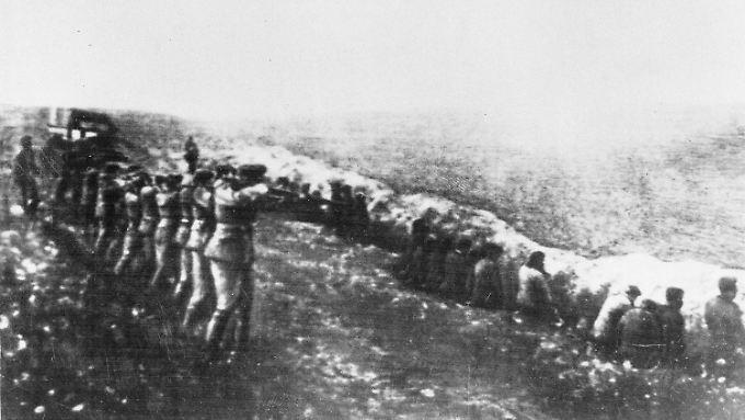 Bereits routiniert nach anderen Massakern im Osten: Stundenlang schießen die Einsatztruppen auf Juden in Babi Jar.