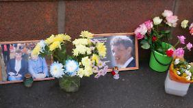 Blumen und Gedenkplakate für Boris Nemzow - sie müssen bewacht werden, sonst werden sie weggeräumt.