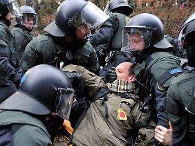 """Kompromisslos verfährt die Polizei mit Gleisbesetzern und """"Schotterern"""""""