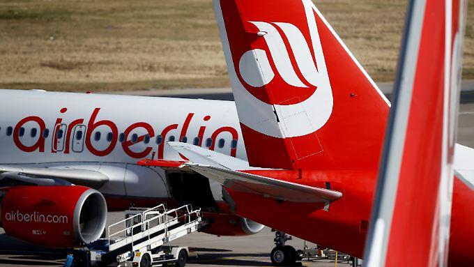 Ein Flugzeug von Air Berlin wird kurz vor dem Flug nach Mallorca durchsucht.