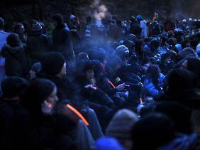Mehrere tausend Atomkraftgegner besetzen im niedersächsischen Harlingen die Castor-Fahrtstrecke.