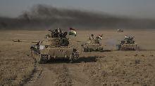 Kurdische Einheiten beteiligen sich ebenfalls an der Offensive - das Foto zeigt Peschmerga-Panzer im Süden Mossuls.