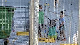 Füchtlingskinder spielen in dem Lager auf Nauru. Weitere Fotos existieren kaum, Australien schottet das Lager ab.
