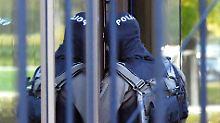 Vermummte Polizisten brachten Khalil A. vor den Haftrichter des Bundesgerichtshofs.