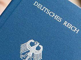 Reichsbürger streiten die Existenz der Bundesrepublik ab und drucken sich zum Teil eigene Pässe.
