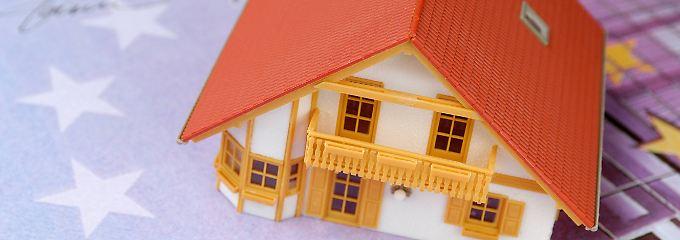 Kaufinteressenten sollten sich bei der Suche nach einem Darlehensgeber nicht nur an die Hausbank wenden.