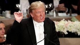 Buhrufe bei Benefiz-Dinner: Trump geht mit Seitenhieben gegen Clinton erneut zu weit