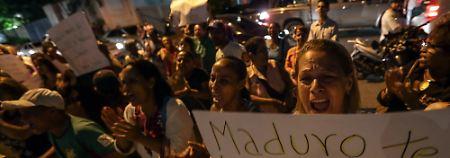 """Erneut gingen die Menschen gegen Maduro auf die Straße. """"Maduro, eine erschöpfte Nation spricht zu dir: Tritt zurück!"""", steht auf dem Plakat dieser Frau geschrieben."""