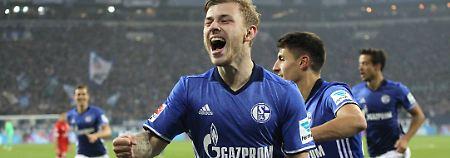 Max Meyer bejubelt seinen Treffer zum 2:0-Zwischenstand auf Schalke.