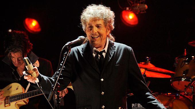 Also doch: Bob Dylan freut sich laut Interviwe sogar über den Nobelpreis.