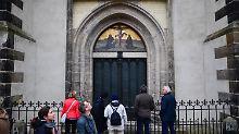 Im Namen des Reformators: Nackter Mann posiert vor Luthers Thesentür
