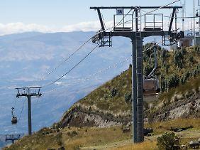 Mit der Seilbahn Teleferiquo geht es auf knapp 4000 Meter. Wo in den Alpen nur noch Eis und Fels vorherrschen, ist die Vegetation in Ecuador noch üppig.