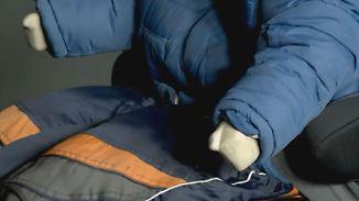 Gurt sitzt falsch: Dicke Winterjacken beeinträchtigen Sicherheit im Auto