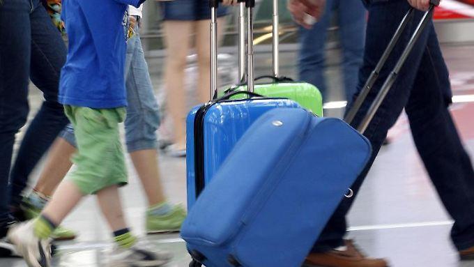 Schäden am Koffer sollten Reisende direkt melden.