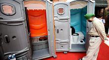 Wildpinkler bekommen Girlanden: 550 Millionen Inder leben ohne Toilette