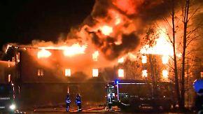 30 Meter hohe Flammen: Großbrand hält Feuerwehr in Schwerin in Atem
