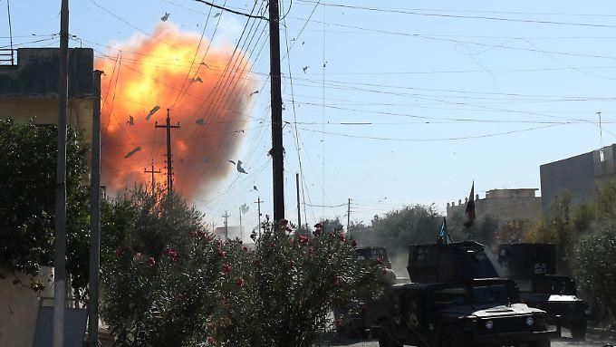 Angriffe aus dem Hinterhalt: Mit Autobomben und Sprengstoffwesten attackieren Selbstmordattentäter die auf Mossul vorrückenden Truppen.