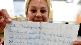 Absenderin Ingrid Müller hält den Brief hoch, den sie vor 40 Jahren geschrieben hat.