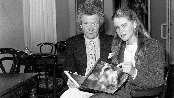 David Hamilton im Jahr 1981 in Hamburg, mit der damals 16-jährigen Deutschen Anja Schüte.