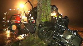 Auto zerschellt an Baum: Vier Jugendliche sterben bei Verkehrsunfall
