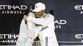 Und nach dem harten Fight können sich beide Topfahrer auch noch herzen.  Für Nico Rosberg wird das Wüstenrennen Abu Dhabi unvergessen bleiben.
